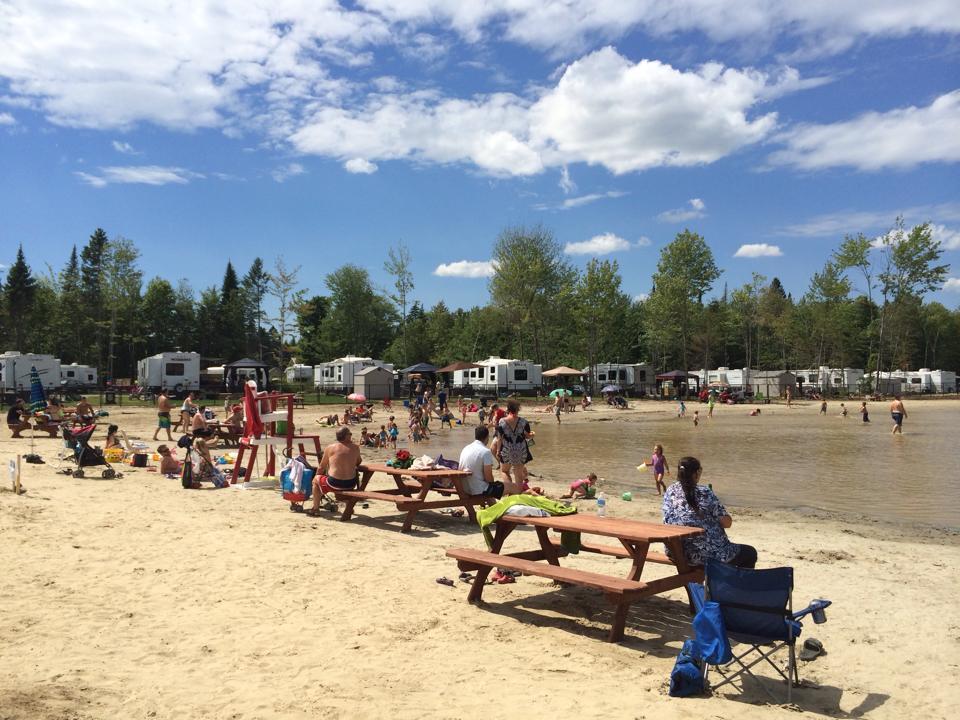 http://www.campingatlantide.com/wp-content/uploads/2017/02/camping-familial-complexe-atlantide-lac-plage-3.jpg