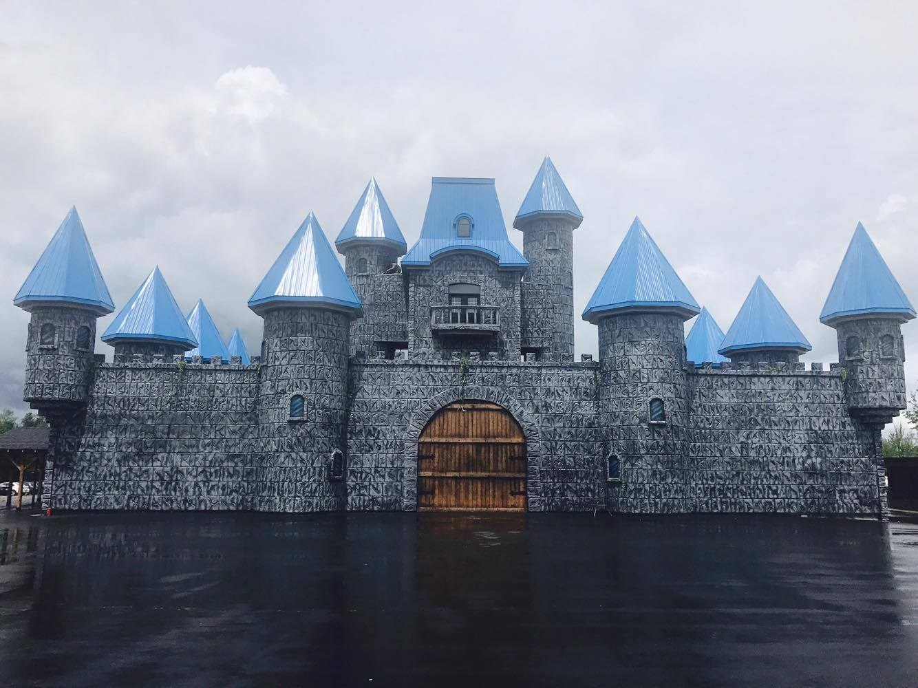 http://www.campingatlantide.com/wp-content/uploads/2017/06/chateau-magique-complexe-atlantide-1.jpg