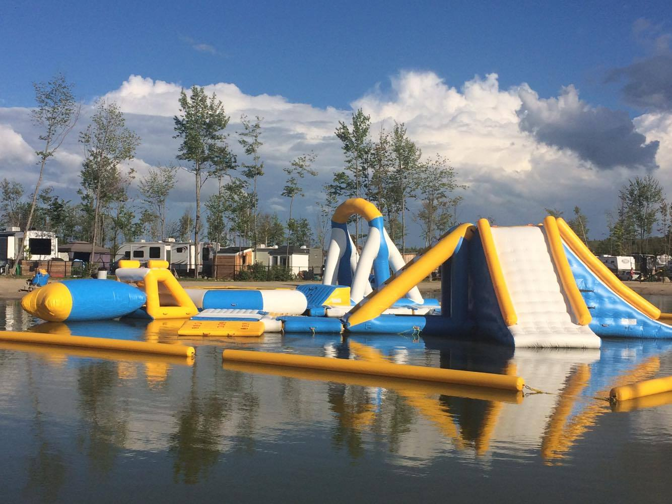 http://www.campingatlantide.com/wp-content/uploads/2017/07/parcours-gonflable-lac-complexe-atlantide-3.jpg