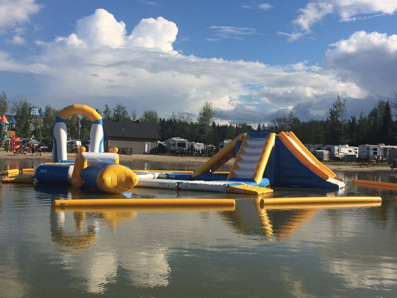 http://www.campingatlantide.com/wp-content/uploads/2017/07/parcours-gonflable-lac-complexe-atlantide-4.jpg